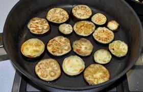 Сильно разогреваем сковороду, добавляем чуть-чуть масла и обжариваем кружочки по 2-3 минуты с каждой стороны – до легких корочек, а не до полной готовности. Складываем в кастрюлю.