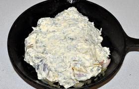 А сверху – смесью сыра с майонезом и зеленью.