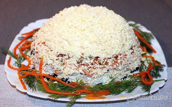Салат с курицей черносливом корейской морковью и орехами рецепт #3