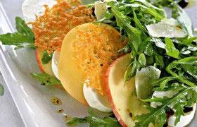 Салат с «вафлями» из пармезана