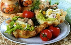 Закусочные корзиночки с рыбным салатом