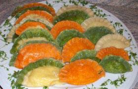 Цветные вареники с семгой