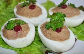Яйца, фаршированные печеночным паштетом