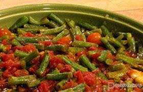 Зеленая фасоль, запеченная с помидорами