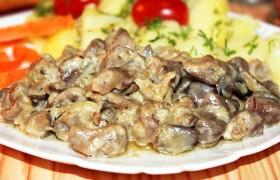 Тушеные куриные потрошки в сметане