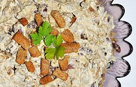Салат из печени с фасолью и сухариками