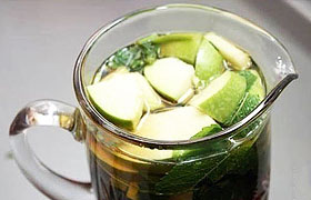 Холодный чай с яблоком и мятой