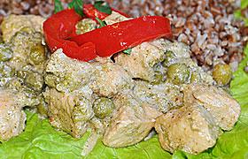 Индейка в сливках с брокколи и горошком