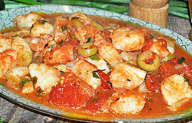 Рагу из морского окуня с оливками и томатами