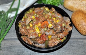 Тушеные куриные потрошки с овощами