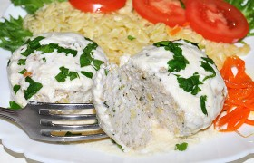 Куриные биточки в сливочно-сырном соусе