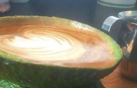 Новый тренд – кофе в половинке авокадо