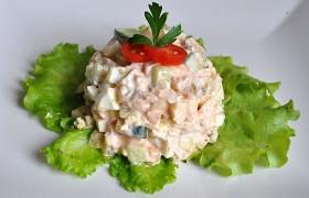 Салат из отварной рыбы с огурцом, яблоком и яйцами