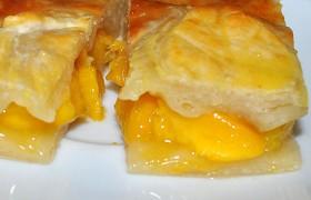 Пирог с персиками из слоеного теста