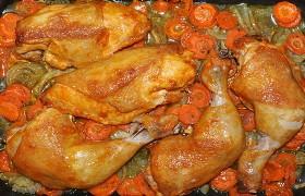 Курица в маринаде, запеченная на овощах