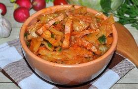 Бигус из свежей капусты и колбасы
