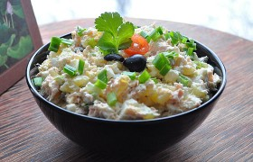 Салат из копченой рыбы с яйцом и овощами
