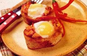 Запеченные яйца в хлебных «стаканчиках»