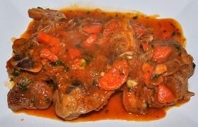 Тушеная свиная рулька в томатном соусе