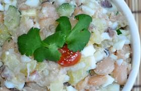 Салат из копченой скумбрии с фасолью
