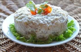 Салат из копченой скумбрии с грибами, яйцом и рисом