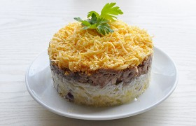 Салат из печени трески с картофелем, яйцом и сыром