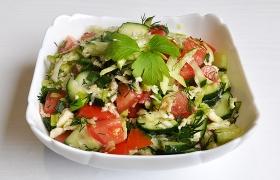 Салат из помидоров, огурцов и зеленой редьки