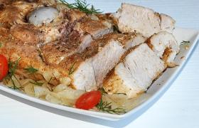 Мясо, запеченное в маринованном луке