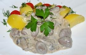 Куриные сердечки с грибами в сливочном соусе