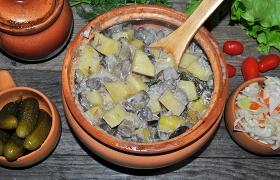 Лесные грибы с картофелем в горшочках