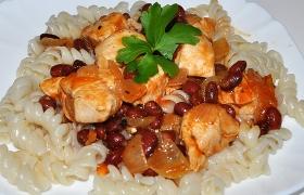 Куриная грудка с фасолью и томатным соусом