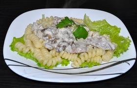 Паста с мясом и грибами в сливочном соусе