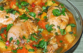Тушеная курица с овощами в томатном соусе