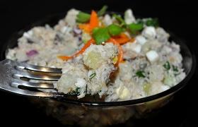 Салат с копченой рыбой классический