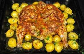 Запеченная целиком курица с картофелем