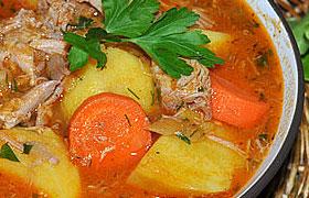 Свиные рульки с картофелем в томатном соусе