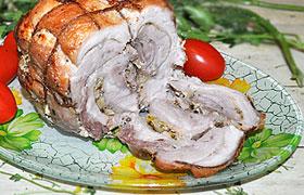Свиной рулет с луком, запеченный в фольге