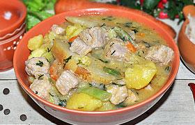 Тушеная свинина с айвой и овощами