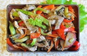 Свинина с овощами и сливой