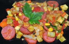 Овощи с сардельками на сковороде