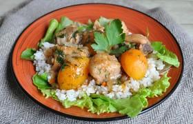 Курица с абрикосами на сковороде