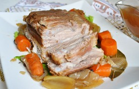 Свиная грудинка с пряным соусом