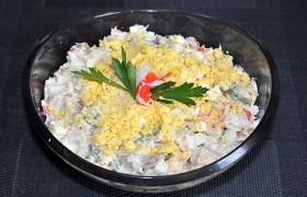 Салат из копченой скумбрии с крабовыми палочками