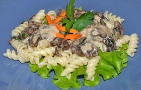 Куриные сердечки с грибами в сырном соусе