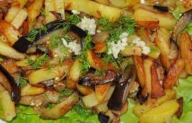 Жареный картофель с баклажаном и луком