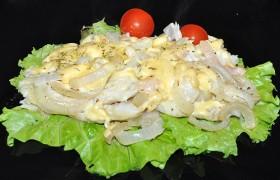 Минтай, запеченный с луком и сыром