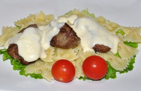 Куриная печень с фарфалле и сырным соусом