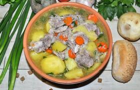 Свиная рулька, тушенная с картофелем