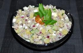 Салат с копченой рыбой, картошкой и редькой