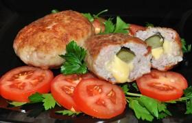 Зразы из свинины с соленым огурцом и сыром
